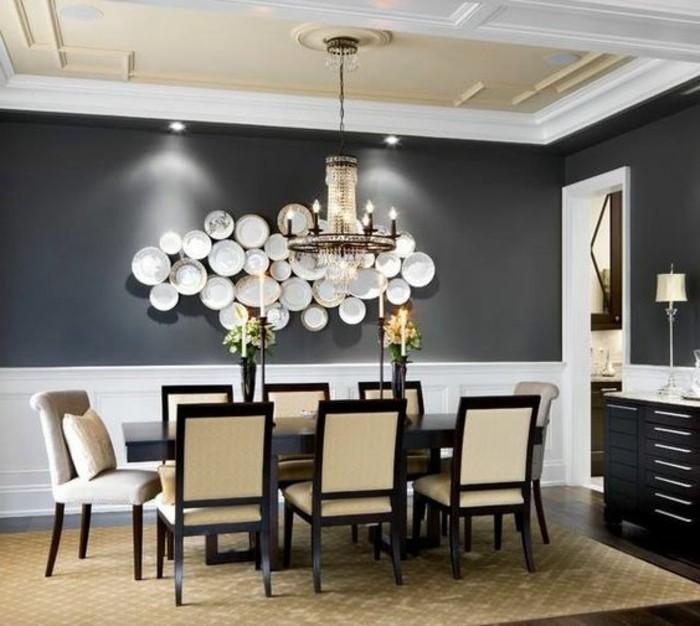 deco-salle-a-manger-luxe-grise-idée-originale-mur-décoré-de-pièces-de-vaiselle-table-en-bois-massive-chaises-élégantes