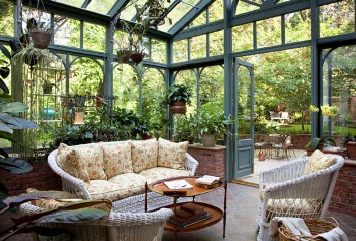 deco-veranda-végétation-débordant-qui-donne-un-aspect-zen-meubles-en-rotin-petite-table-vintage