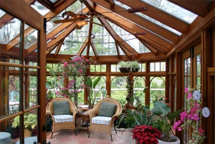 idee-deco-veranda-aménagée-en-jardin-d-hiver-chaises-en-rotin-végétation-abondante