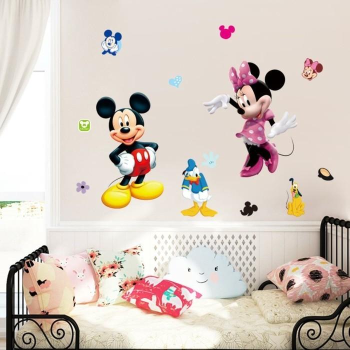jolie-idee-deco-chambre-fille-inspirée-de-l-univers-disney-stickers-muraux-qui-égayent-l-ambiance