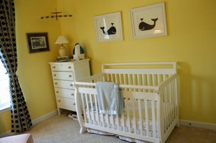 peinture-chambre-bébé-jaune-lit-à-barreaux-blanc-commode-blanchе-belle-déco-murale-ambiance-paisible