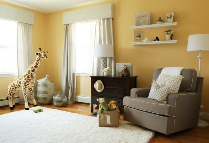 peinture-chambre-bébé-ocre-canapé-gris-étagères-murales-tapis-blanc-commode-en-bois-massif-sac-à-jouets-bacs-de-rangement
