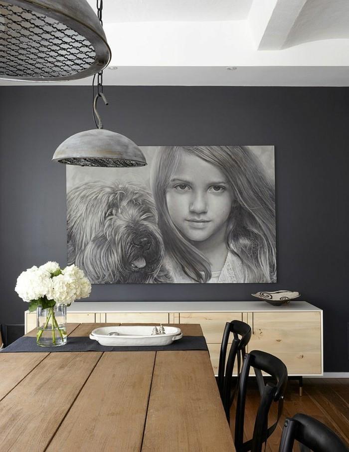 peinture-salle-à-manger-grise-table-en-bois-chaises-élégantes-déco-murale-intéressante-joli-tableau