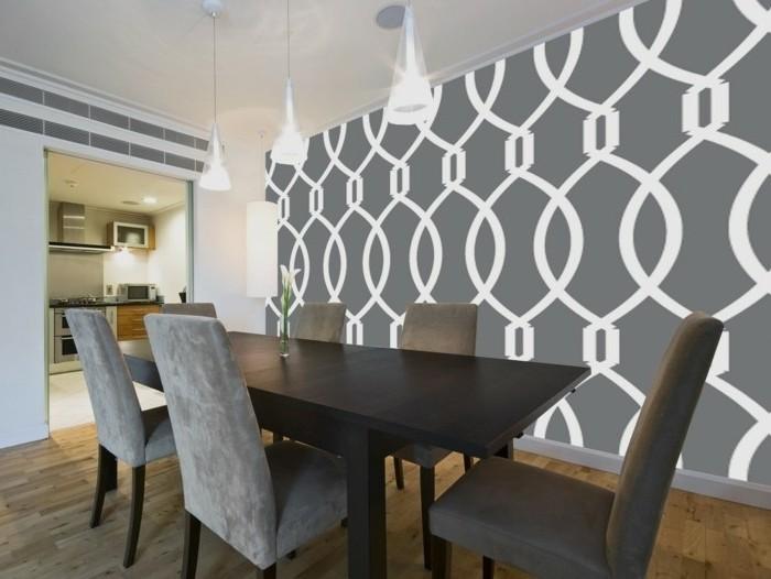 peinture-salle-a-manger-blanche-avec-un-mur-d-accent-grise-à-motifs-géométriques-table-marron-chaises-grises