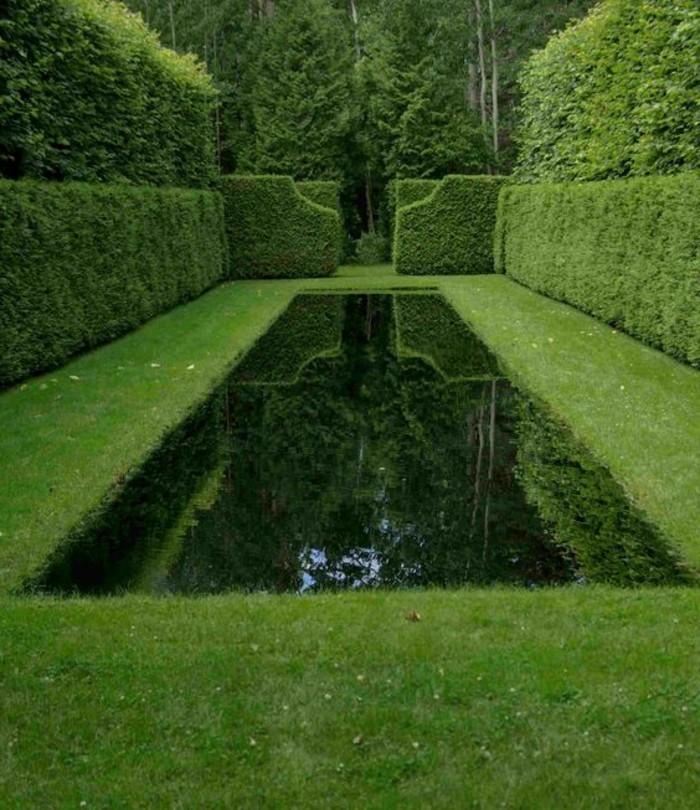 90-Murs de cloture. Pelouse. Une piscine.