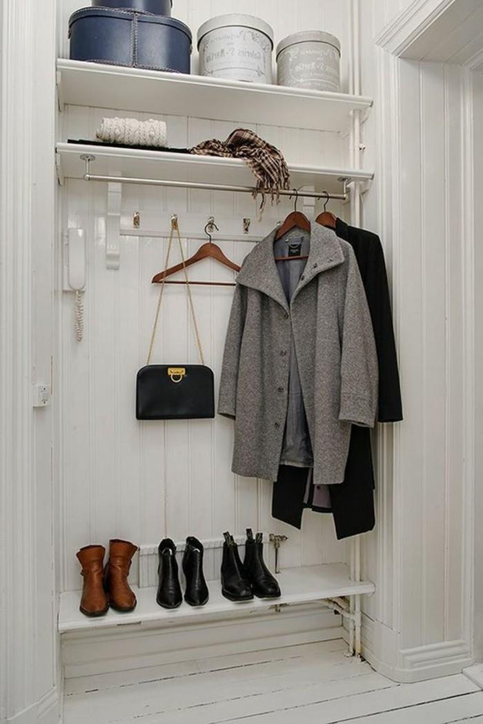 90-Tapisserie couloir. Vetements pendus. Des chaussures.