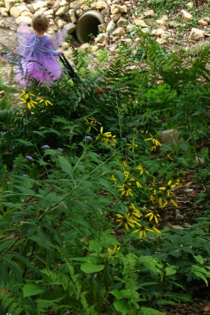 91-deco Disney dans le jardin. Un ange.