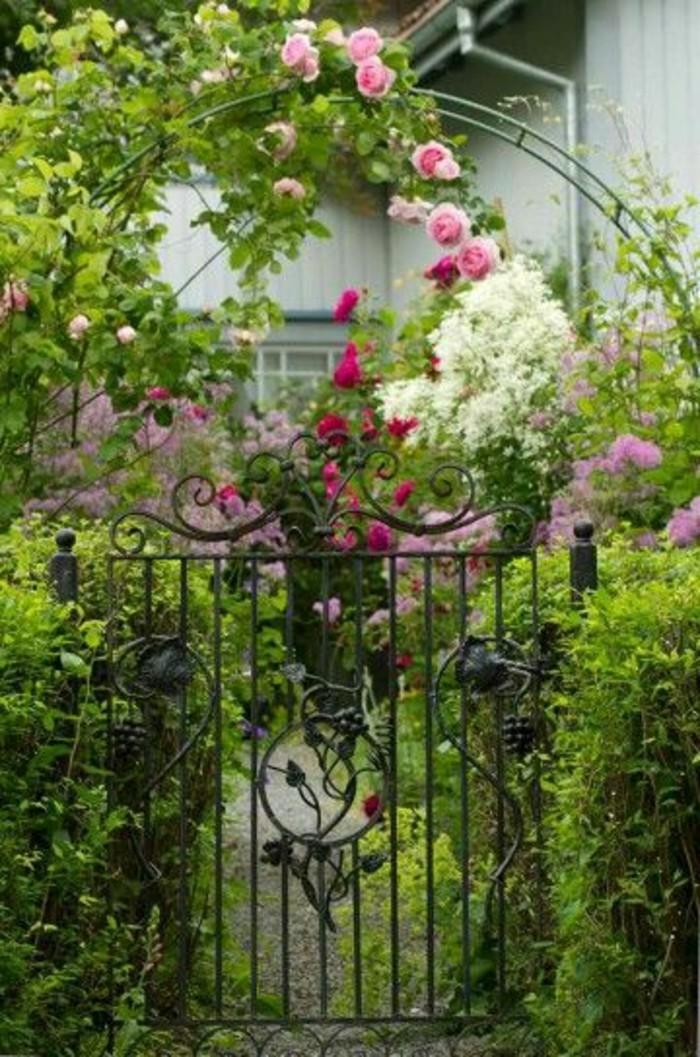 92-Murs de cloture. Une porte. Des fleurs