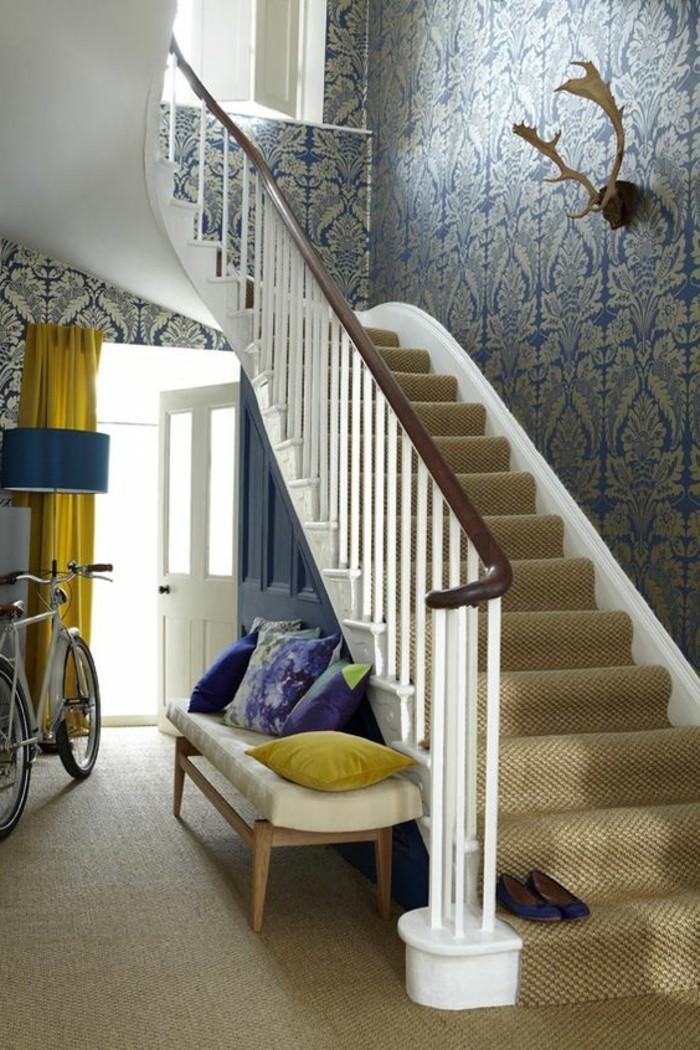 92-Tapisserie couloir. Un escalier.
