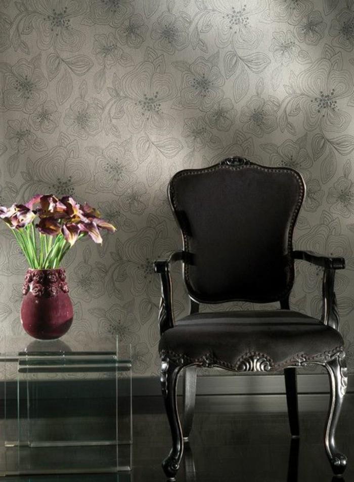 94-Tapisserie couloir grise. Une chaise.