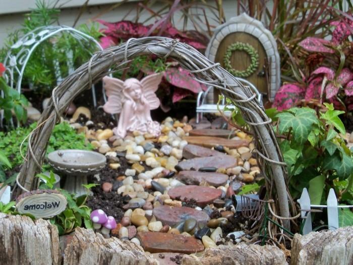 95-decoration Disney dans le jardin. Un ange gardien.