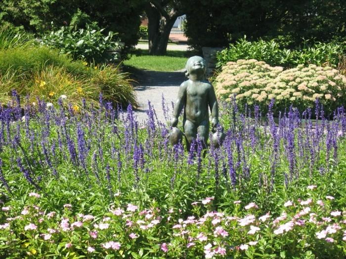 96-decoration Disney dans le jardin. La statue d'un enfant.