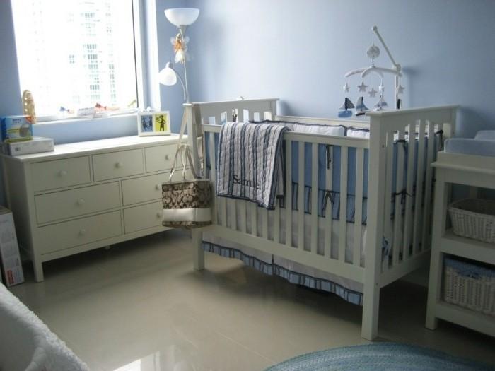 deco-chambre-bebe--garcon-peinture-chambre-bébé-bleue-décor-en-bleu-et-blanc-meubles-blancs