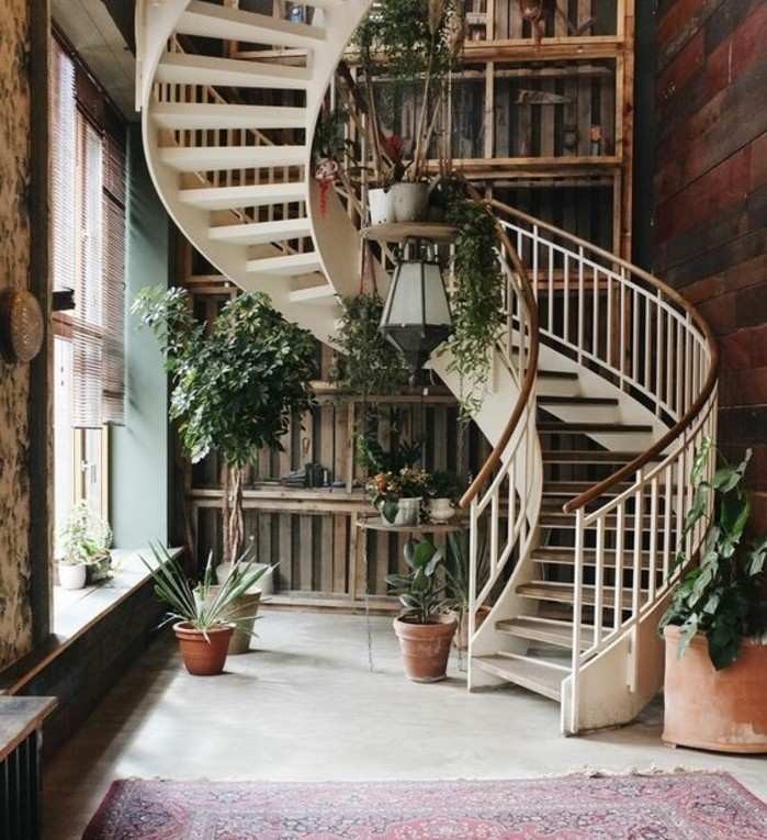 deco-escalier-helicoidal-avec-des-fleurs-pour-apporter-de-la-vivacité
