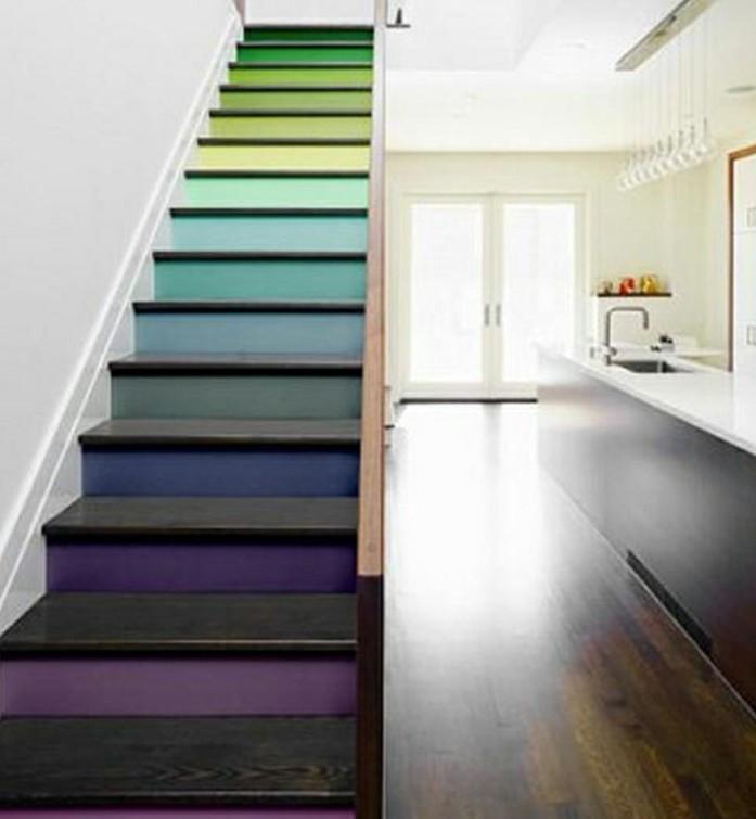 escalier-moderne-escalier-droit-design-contemporaint-marches-en-couleurs-différentes