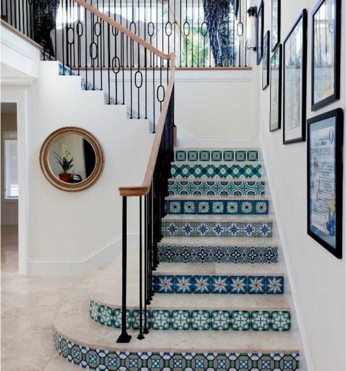 escalier-moderne-escalier-tournant-belle-déco-marches-à-motifs-floraux-escalier-style-oriental