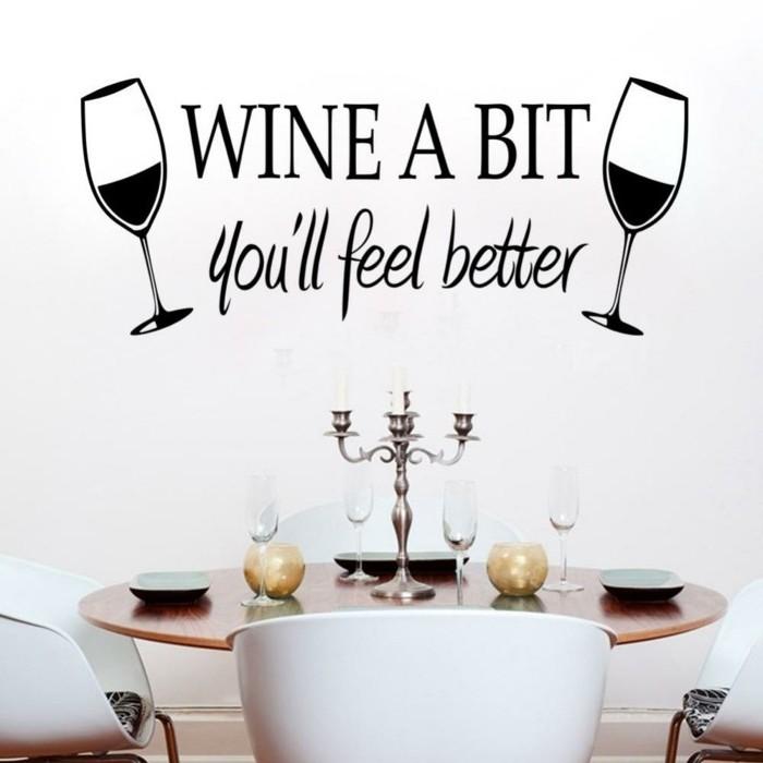 peinture-salle-a-manger-blanche-avec-un-sticker-mural-convenable-pour-un-coin-repas-table-en-bois-chaises-blanches