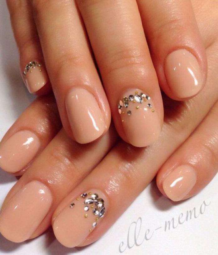 manucure-en-couleur-nude-nail-art-avec-bijoux-ongles