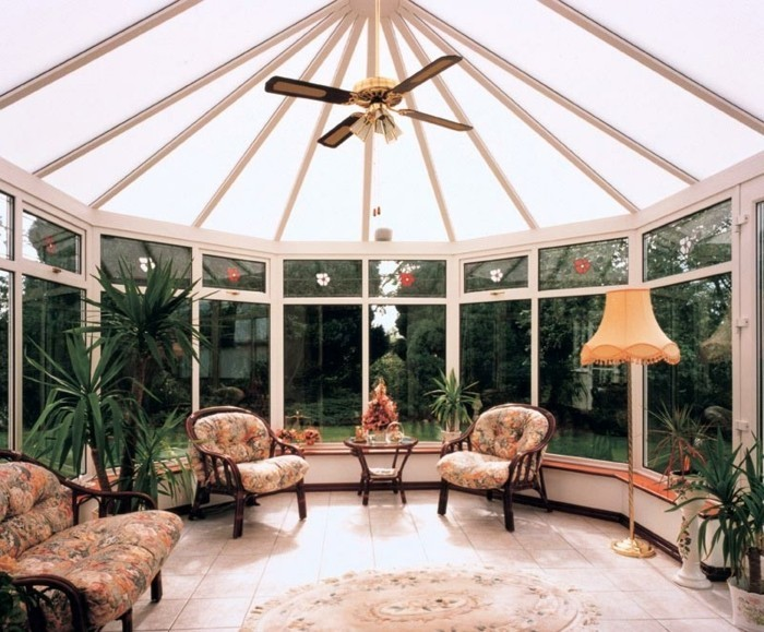 aménagement-veranda-style-victorien-meubles-vintage-ambiance-propice-à-la-relaxation