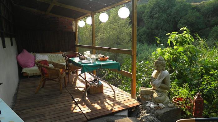 amenagement-terrasse-exterieure-petit-jardin-zen-statue-bouddha