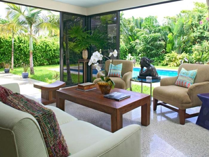 amenagement-veranda-magnifique-verrière-extérieure-aménagée-avec-deux-fauteuils-un-canapé-et-table-basse-en-bois