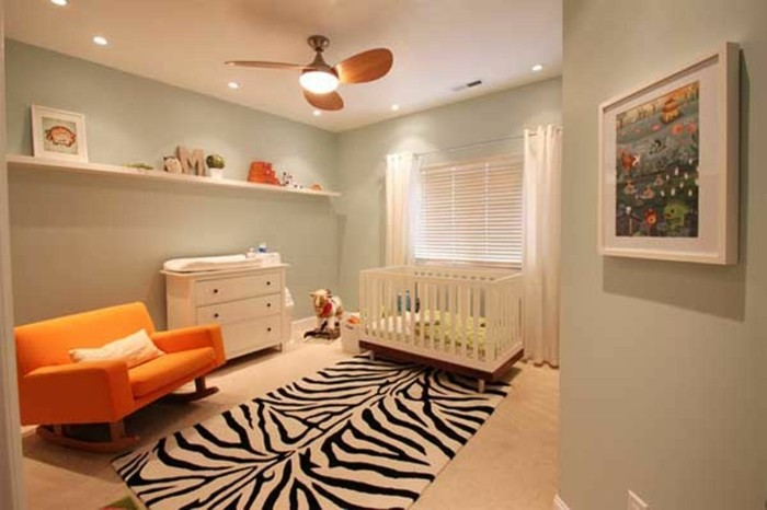 peinture-chambre-bebe-vert-pale-lit-à-barreaux-blanc-commode-blanc-canapé-à-bascule-orange-qui-ajoute-une-touche-de-couleur