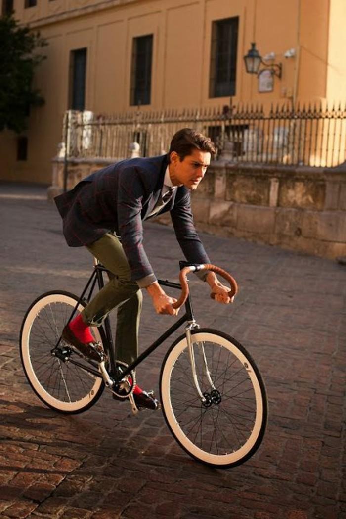 beau-costume-pour-homme-mode-et-tendances-cool-sur-bicyclette