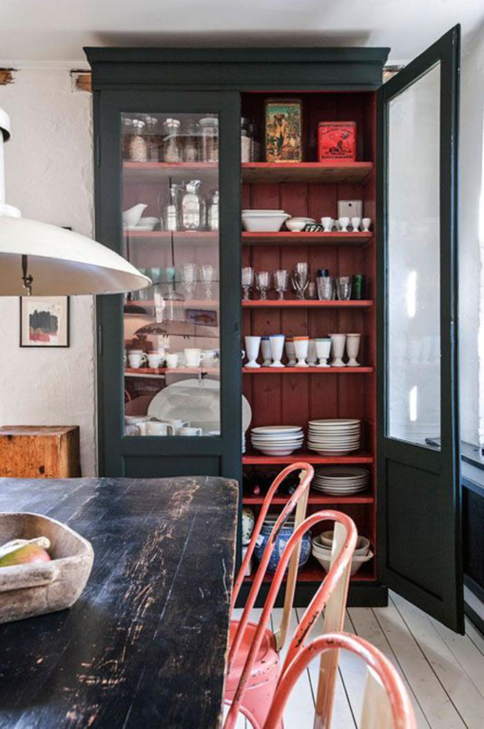 buffet-de-salle-à-manger-buffet-haut-avec-vitrine-chaises-tolix-rouges