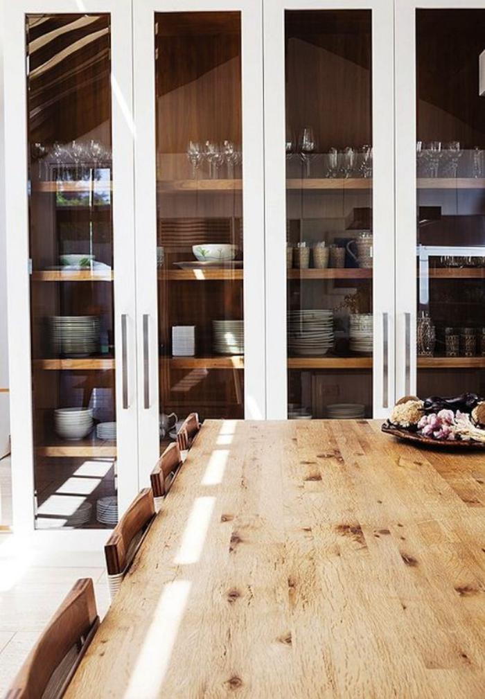 buffet-de-salle-à-manger-buffet-moderne-avec-grandes-portes-vitrées