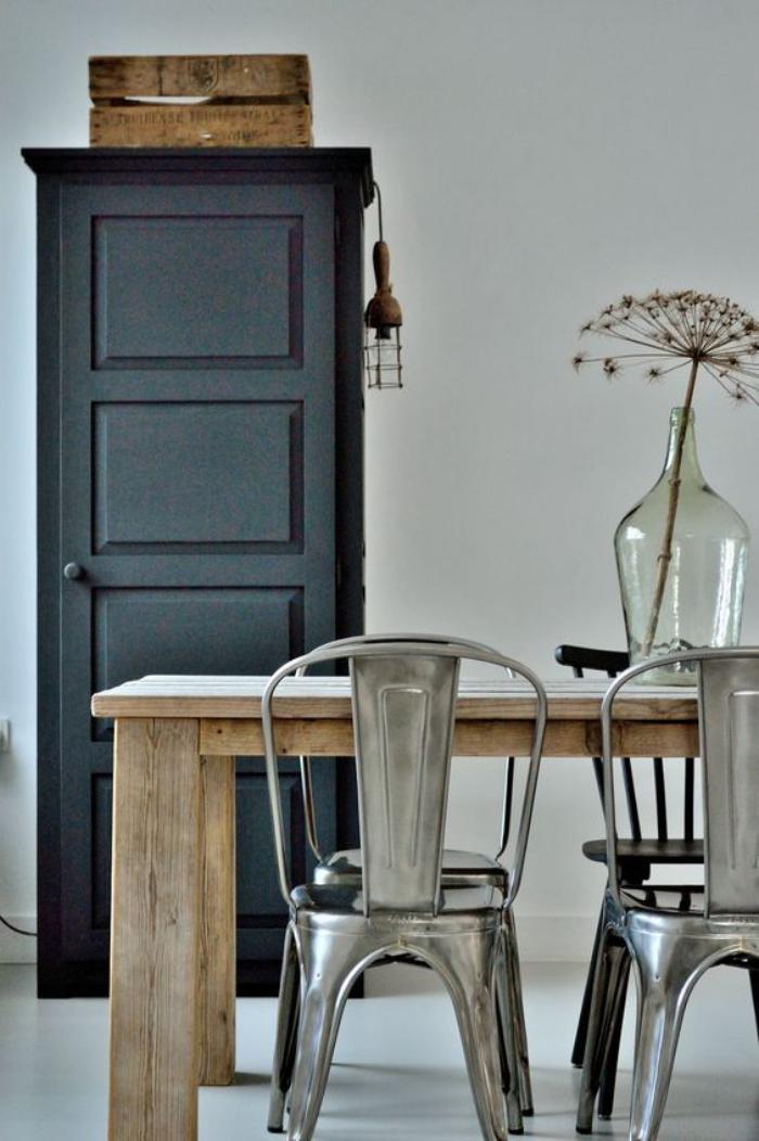 buffet-de-salle-à-manger-haut-lampe-cage-et-meubles-style-industriel