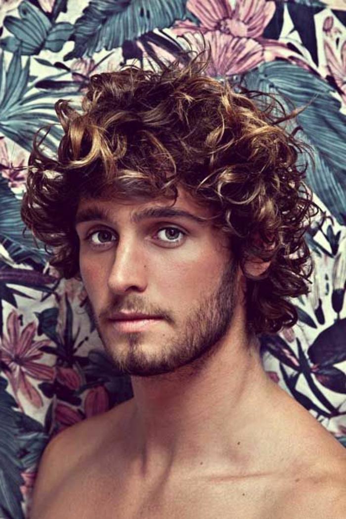 cheveux-bouclés-homme-blond-et-marron-idee-coiffure-homme-cheveux-frisés