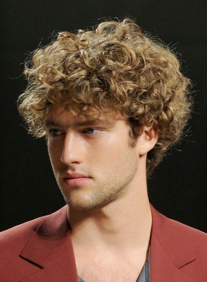 Comment se coiffer avec les cheveux frises homme
