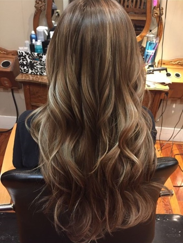 cheveux-brun-avec-meche-caramel-coté