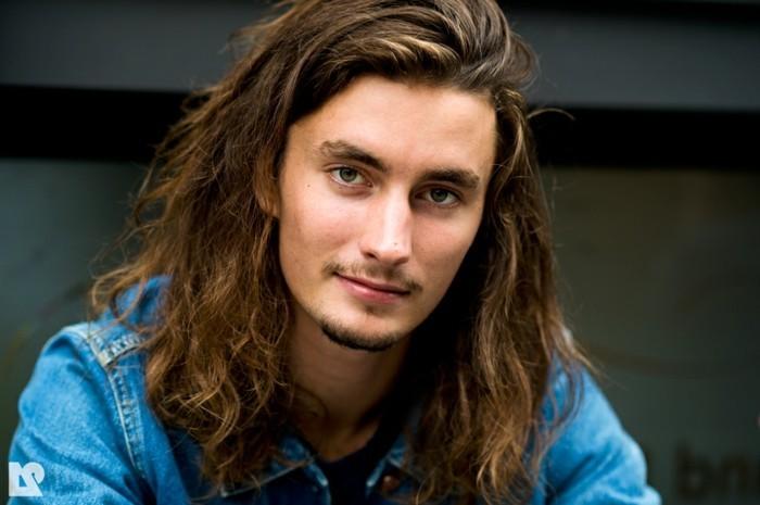 cheveux-long-homme-cheveux-frisés-homme