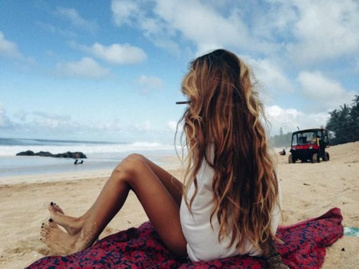 chouette-fille-à-la-plage-mèche-caramel-sur-cheveux-châtain