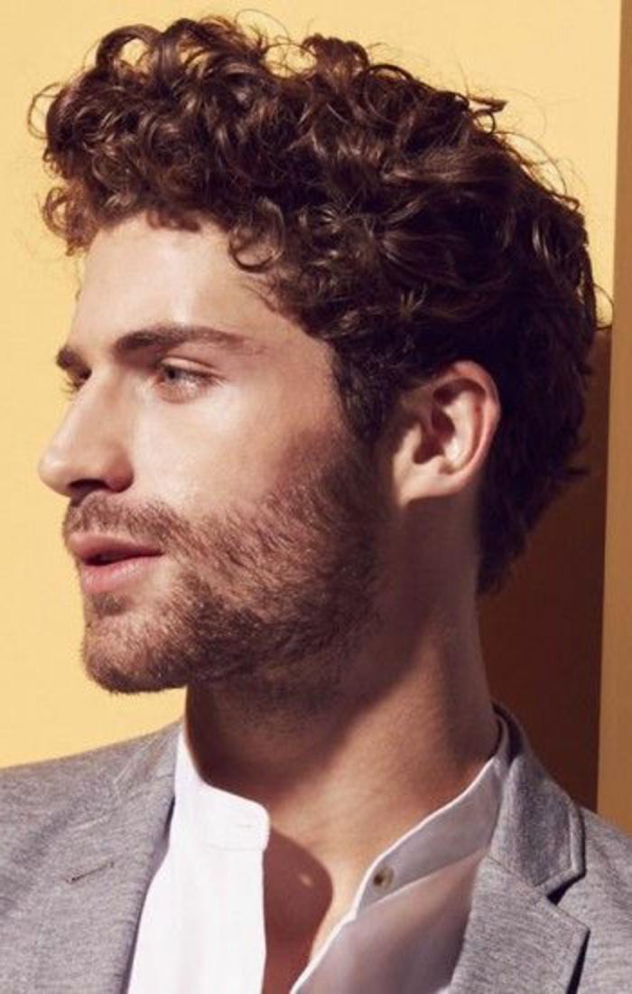 coiffure-cheveux-bouclés-homme-court-coupe-courte-cheveux-frisés-veste-gris-chemise-blanche
