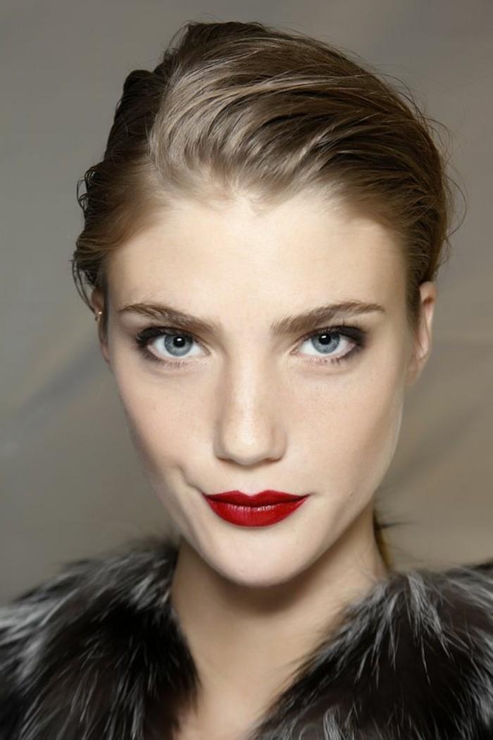 comment-maquiller-les-yeux-bleus-maquillage-bleu-yeux-marrons-levres-a-rouge-foncé