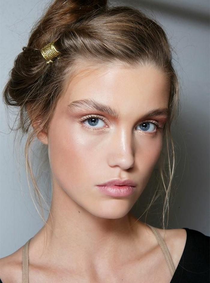 comment-réussir-un-look-naturel-leçon-de-maquillage-yeux-bleus-peau-rose