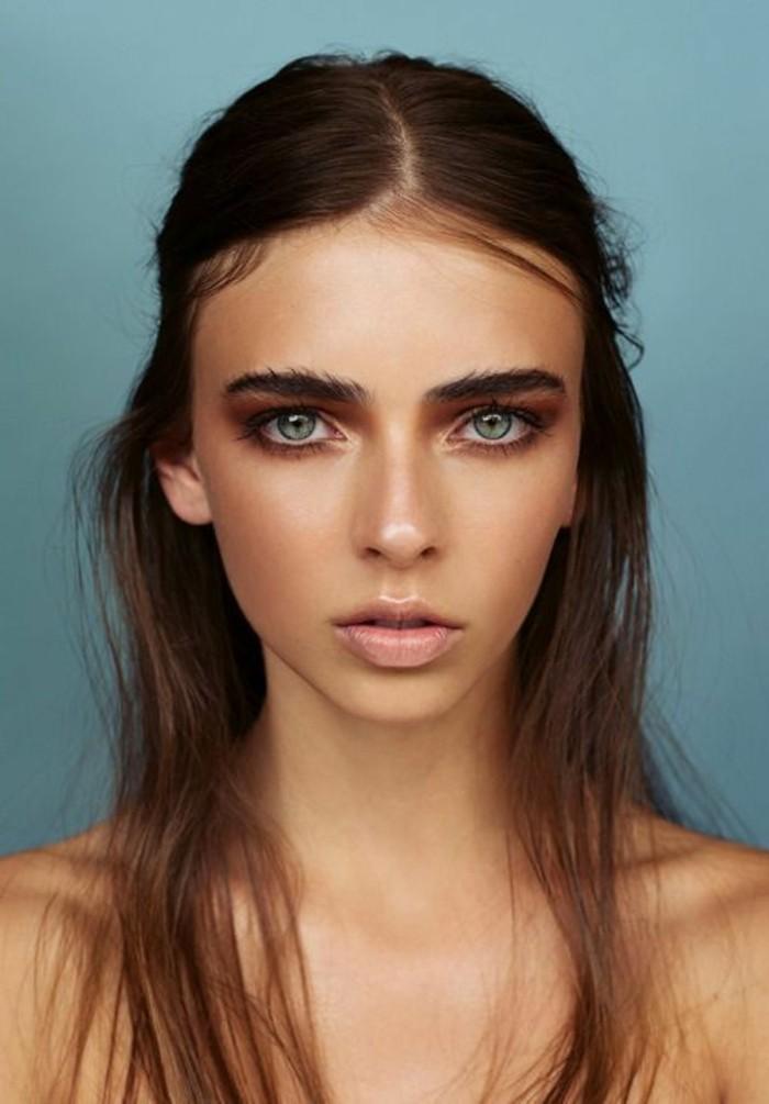 comment-se-maquiller-les-yeux-bleus-cheveux-mi-longs-marrons-maquillage-yeux-bleus