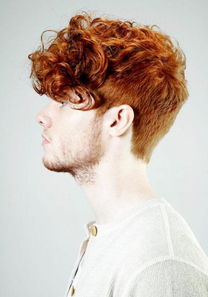 coupe-courte-cheveux-frisés-homme-cheveux-oranges-homme