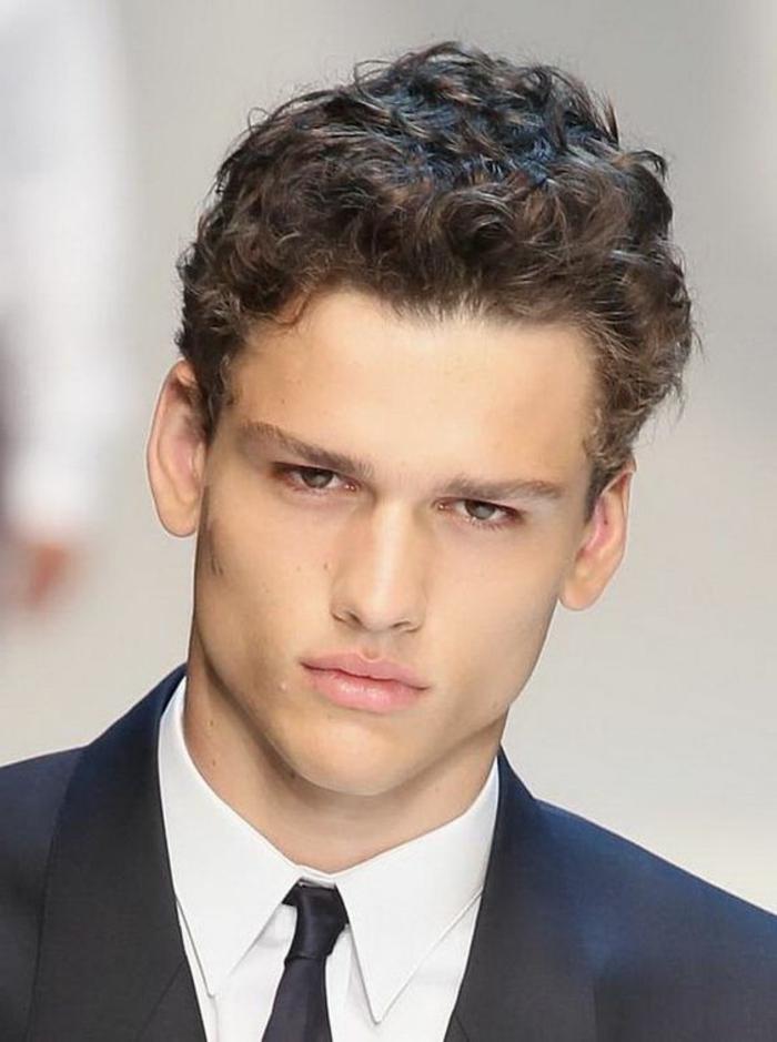 coupe-courte-cheveux-frises-homme-comment-choisir-coiffure-pour-cheveux-bouclés-homme