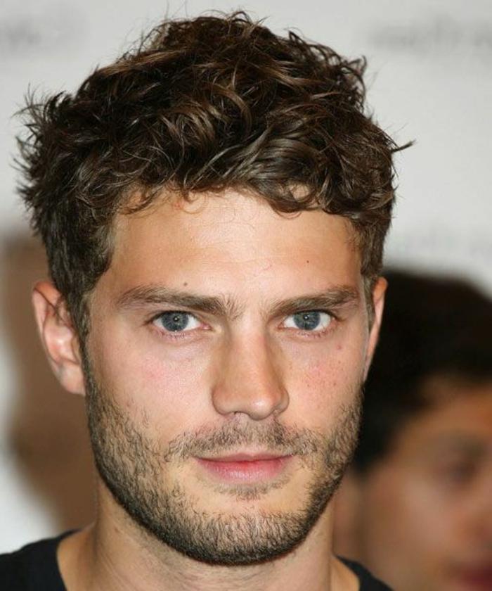 coupe-de-cheveux-bouclés-homme-coupe-courte-cheveux-frisés-yeux-bleus