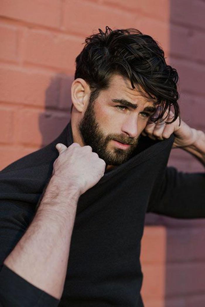 coupe-de-cheveux-bouclés-homme-long-sur-les-cotes-coiffure-homme