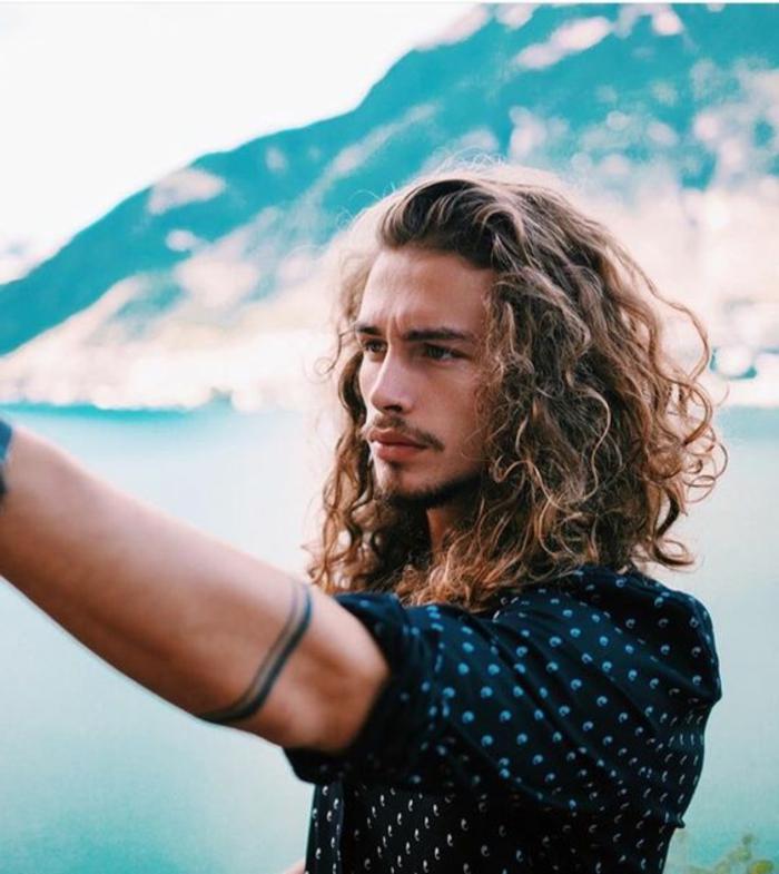 coupe-de-cheveux-frisés-homme-shampoing-cheveux-bouclés