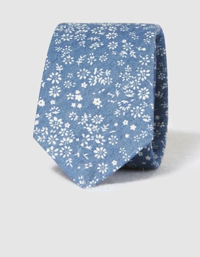 cravate-homme-cool-détails-fleuries-denim