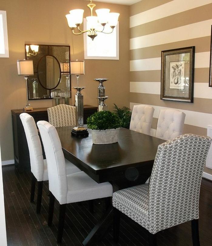 deco-salle-a-manger-couleur-beige-avec-un-mur-à-rayures-beiges-et-blanches-table-marron-déco-très-élégante