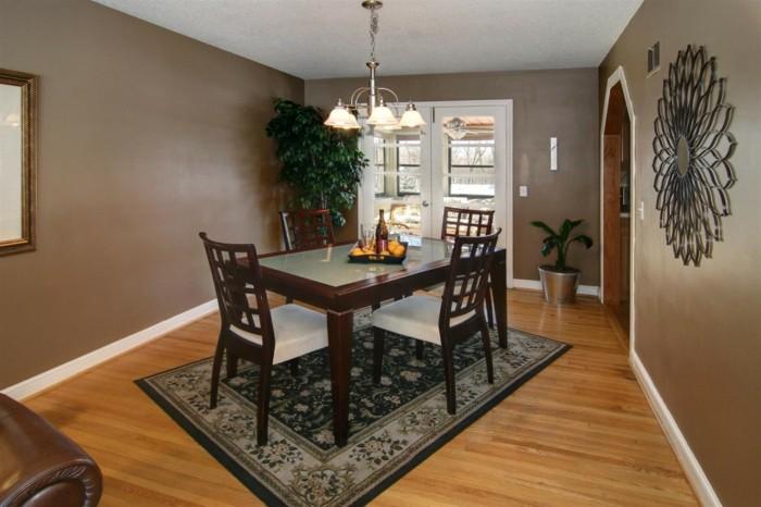 deco-salle-a-manger-marron-chaises-en-bois-tapisserie-blanche-table-en-bois-et-verre-joli-tapis-noir-à-motifs-floraux