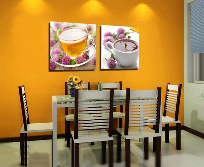 deco-salle-a-manger-jaune-avec-une-belle-deco-murale-avec-de-photos-de-thé-chaises-et-table-coquettes