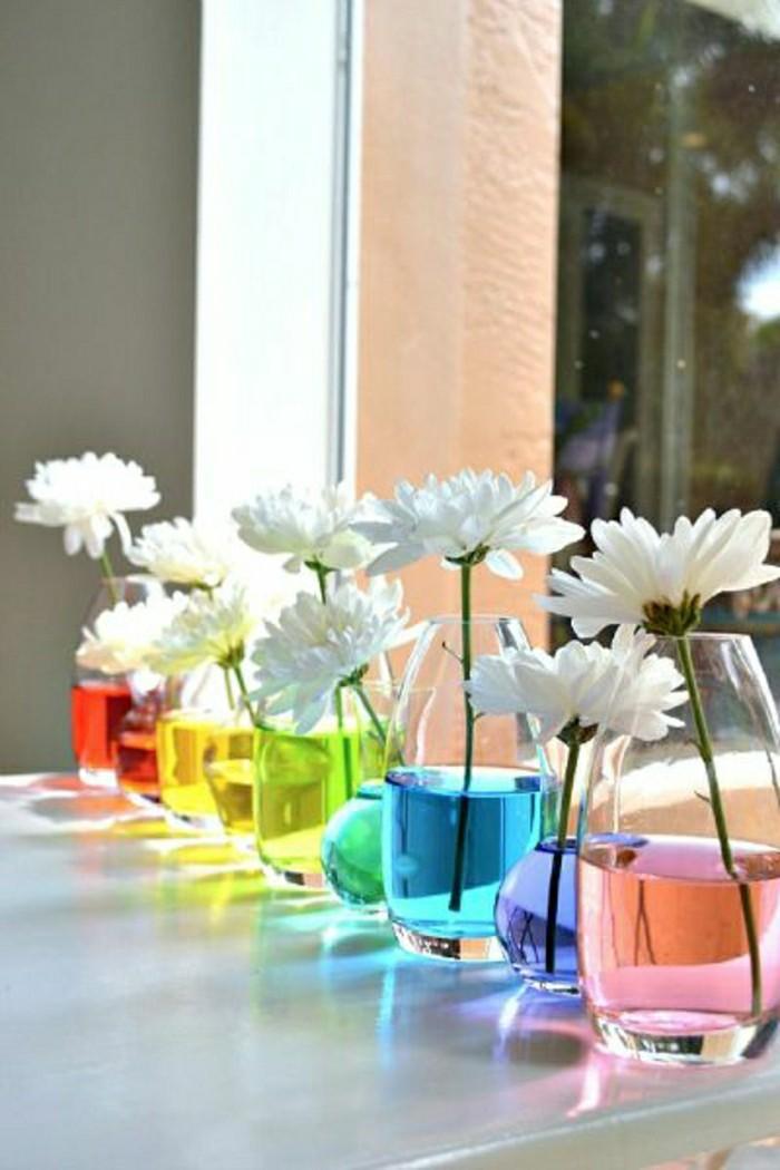 deco-table-mariage-vase-avec-eau-coloré-et-fleurs-frais