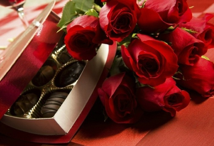 Un chemin des bougies et des pétales de roses vers la table (ou le ...